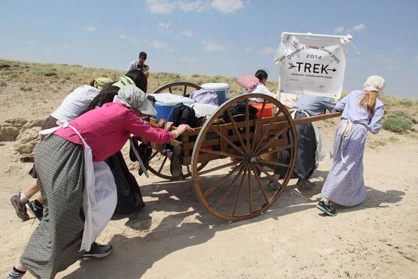 womenu0027s pull at the mormon pioneer handcart trek